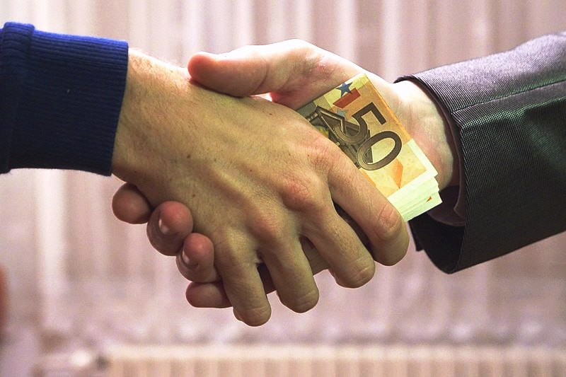 800px-10_-_hands_shaking_with_euro_bank_notes_inside_handshake_-_royalty_free,_without_copyright,_public_domain_photo_image_01
